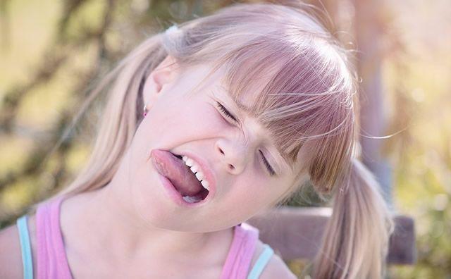 何これ?舌にギザギザがついている!歯型?